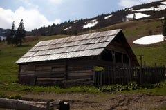 老木房子在喀尔巴阡山脉的森林里 库存照片