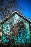 老木房子在国家把藤编成辫子 免版税库存照片