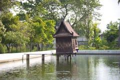 老木房子在池塘 免版税库存图片