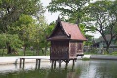 老木房子在池塘 免版税库存照片