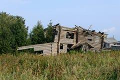 老木房子废墟在村庄 免版税库存图片