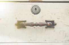 老木抽屉和匙孔把柄  免版税库存图片