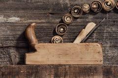 老木整平机和削片 免版税库存图片