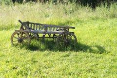 老木无盖货车在草站立 库存图片