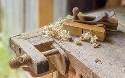 老木材加工工作凳的片段有两木手飞机的 免版税库存图片
