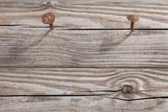 老木板条和二个生锈的钉子 免版税库存照片