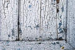 老木板条壁角细节与朽烂表面油漆纹理的 免版税库存图片