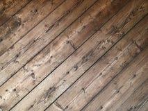 老木板条对角纹理与生锈的钉子的 库存图片