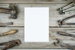 老木桌面 老生锈的木匠业工具 垂直的大模型 库存照片