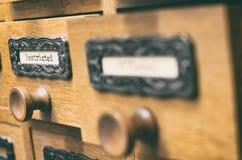 老木档案库文件目录抽屉,有限的文件 库存图片