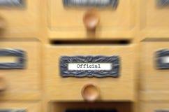 老木档案库文件目录抽屉,正式文件 免版税库存照片