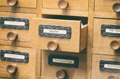 老木档案库文件目录抽屉,秘密文件 免版税库存照片
