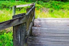 老木桥和栏杆特写镜头 免版税库存照片