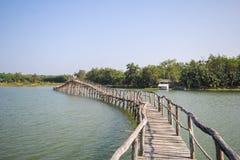 老木桥梁在Chumphon泰国湖  免版税库存照片