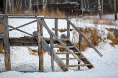 老木桥,入口向河在冬天,关闭 库存图片