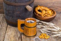 老木桶和啤酒杯 免版税库存图片