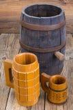 老木桶和啤酒杯 库存图片