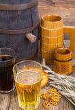 老木桶和啤酒杯 库存照片