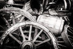 老木桶和残破的轮子 免版税库存照片