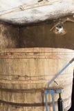 老木桶在葡萄酒库里 免版税图库摄影