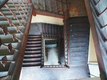老木楼梯在寓所里 免版税库存照片