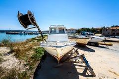 老木渔船或小船的修理和恢复 图库摄影