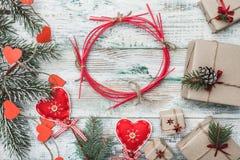 老木白色背景 与手工制造红色的心脏的杉树 看板卡圣诞节问候 免版税库存图片