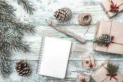 老木白色背景 分支和冷杉球果 信函圣诞老人 圣诞节贺卡,手工制造项目 免版税图库摄影