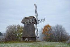 老木磨房关闭在多云10月下午 Mikhaylovskoye,普希金小山 俄国 库存图片