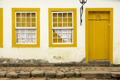 老木窗口和门,被绘的黄色 免版税库存照片