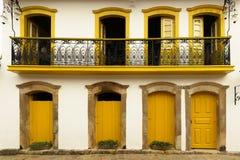 老木窗口和门,被绘的黄色 图库摄影