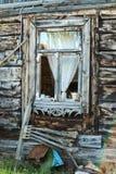 老木窗口在村庄,波兰 库存图片