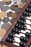 老木算盘和中国硬币 库存图片