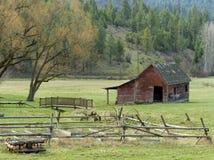 老木篱芭和谷仓。 图库摄影
