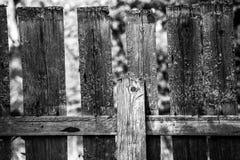 老木篱芭在村庄 免版税库存照片