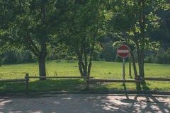 老木篱芭在美丽的公园在秋天与停车牌- v 免版税图库摄影