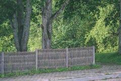 老木篱芭在美丽的公园在秋天-葡萄酒老神色 免版税库存照片