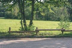 老木篱芭在美丽的公园在秋天-葡萄酒老神色 免版税图库摄影
