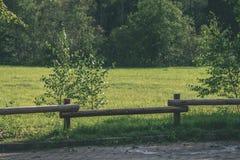 老木篱芭在美丽的公园在秋天-葡萄酒老神色 库存图片
