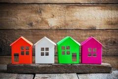 老木背景的纸房子 免版税库存图片