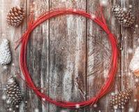 老木背景,在一个红色圈子附近的冷杉球果 假日空间为冬天、xmas,新年和圣诞节假日 免版税库存图片