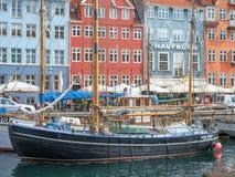 老木船在Nyhavn,哥本哈根 免版税库存图片