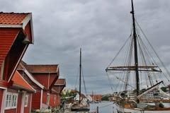老木船库和帆船在海于格松,挪威 免版税库存图片