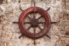 老木船方向盘 免版税库存图片