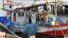 老木船的乘员组解开在码头的捕鱼网 泰国 聚会所 芭达亚 股票视频