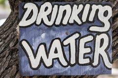 老木葡萄酒水在博茨瓦纳签到露营地 免版税图库摄影