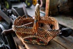 老木被编织的篮子 免版税库存照片