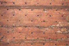 老木被风化的门有钉子纹理背景 免版税库存照片