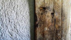 老木门和白色砂岩墙壁纹理  免版税库存图片