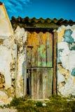 老木门和被风化的石墙 免版税库存照片